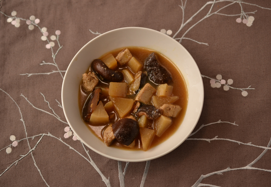 Braised chicken and daikon stew